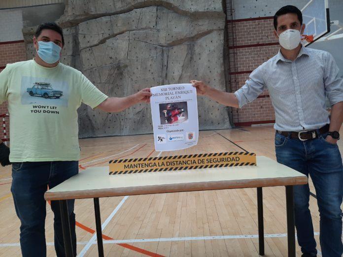 Posan con el cartel el concejal de Deportes, Eliseo Martín, y el responsable del torneo, Blas Garreta