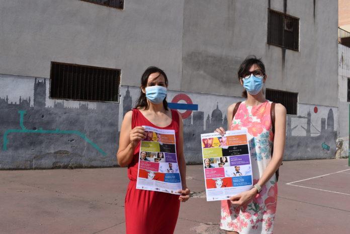 la concejal de Cultura, Nuria Moreno, y la técnico del área, Elena Franco, en el espacio en el que se van a celebrar la mayor parte de las actividades (patio del colegio Joaquín Costa)