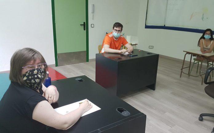 Usuarios de la Asociación Down Huesca en su sede en Barbastro