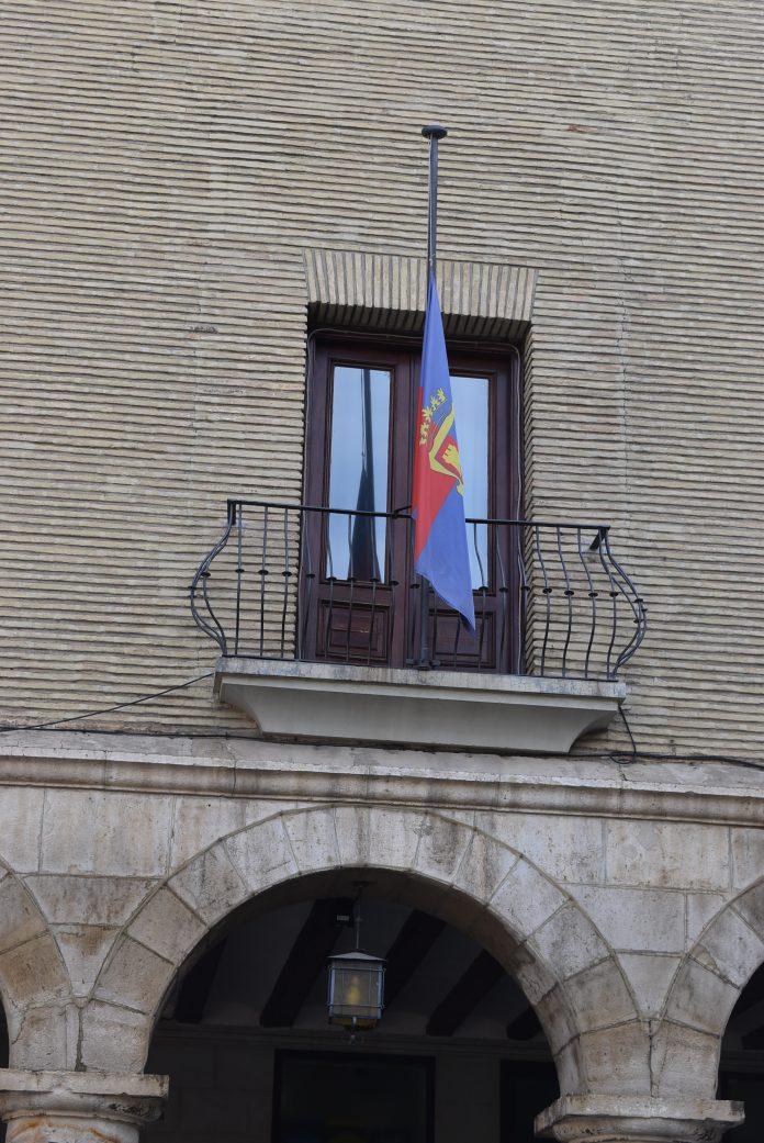 Bandera a media asta en el Ayuntamiento de Monzón