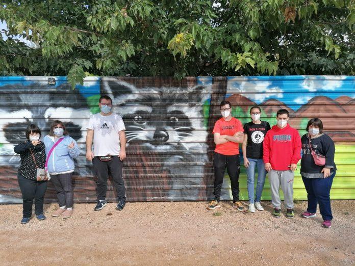 Los chicos de la Asociación Down en Barbastro en su vista al Núcleo Zoológico Iris